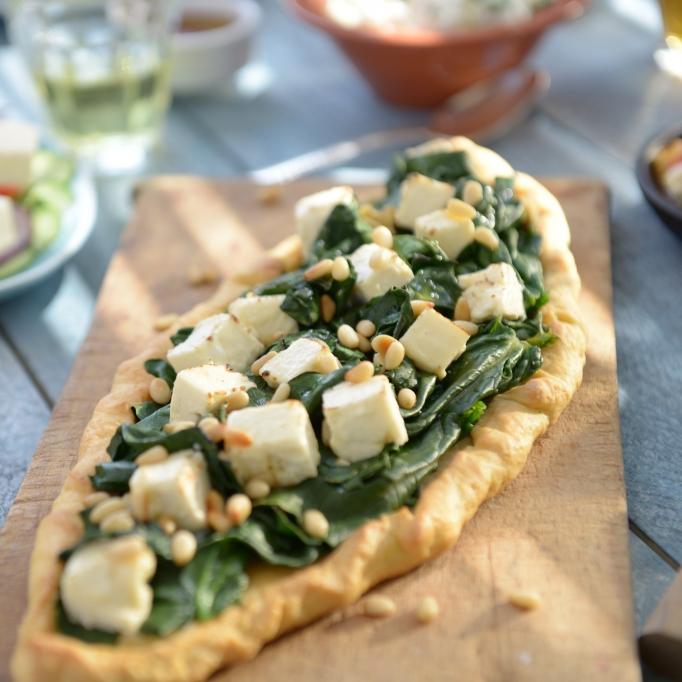 Griechische Pizza mit Patros und Blattspinat