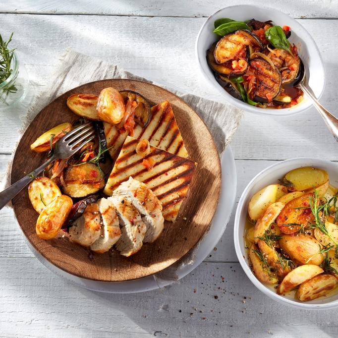 Patros-Grillaki-mit-Hähnchenbrust-auf-Auberginen-und-Kartoffeln
